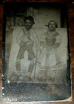 ANTIQUE 1800S CIRCUS CARNIVAL FAIR TINTYPE PHOTOGRAPH COUPLE IN FUNNY SCENE vafo