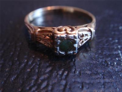 14K GOLD  VINTAGE ANTIQUE RING WITH GREEN STONE