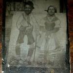 ANTIQUE 1800S CIRCUS CARNIVAL FAIR TINTYPE PHOTOGRAPH COUPLE IN FUNNY SCENE vafo